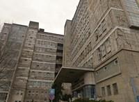 Füstölt a Kútvölgyi kórház ablaka, a tűzoltók is kivonultak