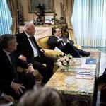 Berlusconihoz is beugrott Orbán – fotó