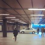 Fotó: metróaluljáróban parkolt egy autó Budapesten