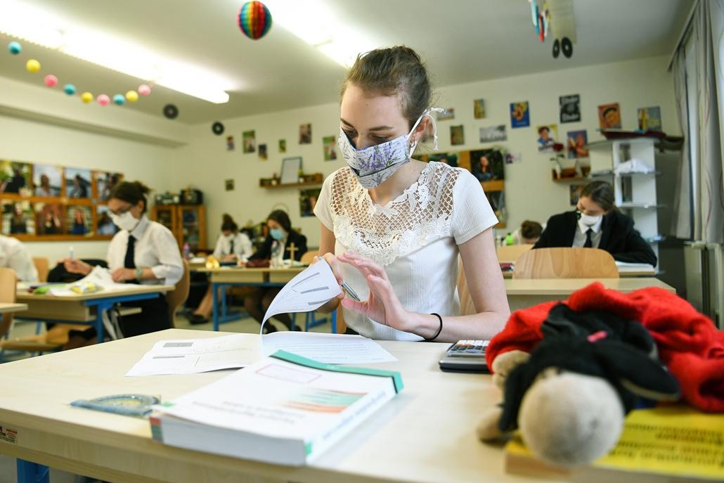 nagyítás koronavírus rev.20.05.05. covid-19 covid koronavírus vírus járvány világjárvány pandémia maszk középfokú matematika érettségi diák oktatás közoktatás Patrona Hungariae Katolikus Lánygimnázium és Kollégium középiskola