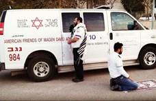 Az összefogás szimbóluma lett a fotó az egyszerre imádkozó muszlim és zsidó mentőről
