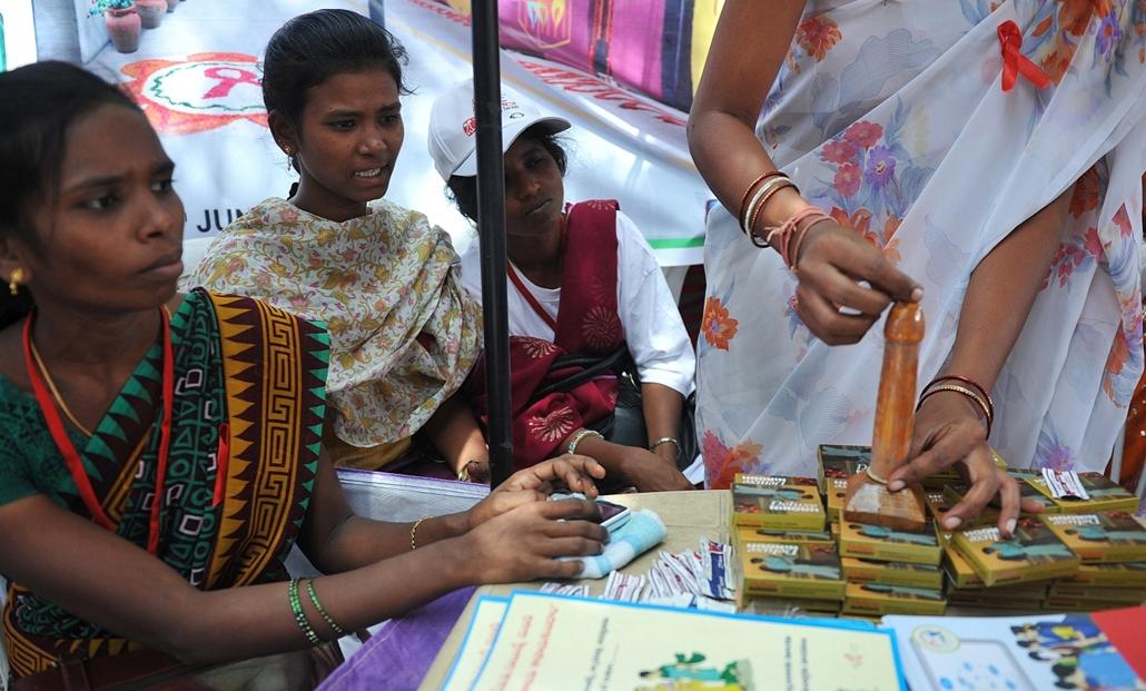afp.12.06.04. - Haidarábád, India: Önkéntes segítő mutatja az óvszer használatát egy AIDS-kampány során az indiai Haidarábád városában 2012 júniusában.  - aids világnap nagyítás