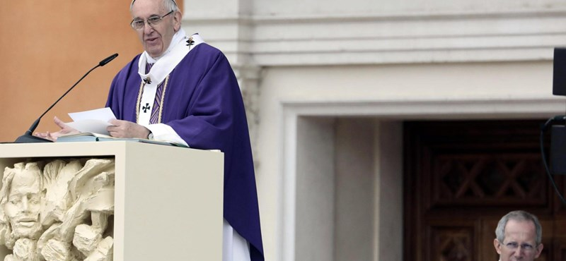 A pápa földrengés sújtotta vidékre ment
