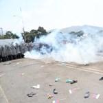 A venezuelai hadsereg könnygázzal és gumilövedékkel lőtte a segélyért induló tüntetőket