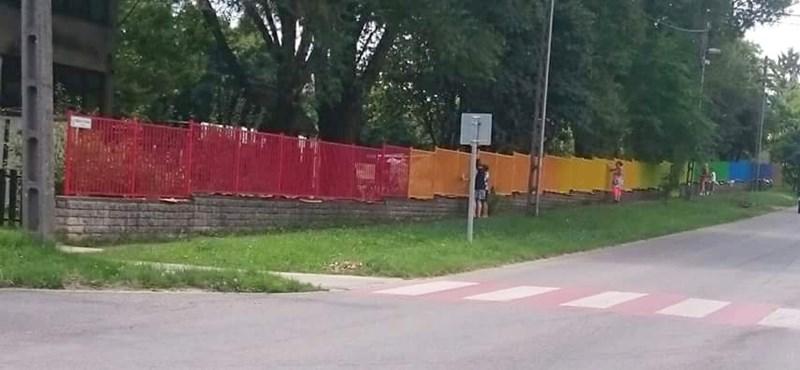A Jobbik asszisztált a szivárványszínű kerítés miatt cirkuszoló szülők akciójához Pomázon