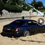 Ha már elásta magát ez Maserati a tengerparton, akkor tulaj nekiállt golfozni