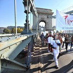 A nap képe: a Gyalogló világnap résztvevői a Lánchídon