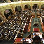 A falhoz vágott Gyöngyöspata-jelentésről vitáznak - percről percre a Parlamentből