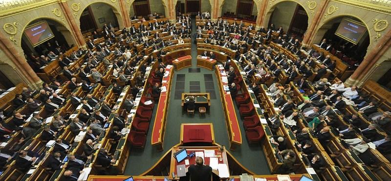 Az abortusztablettától az adókig - percről percre a Parlamentből
