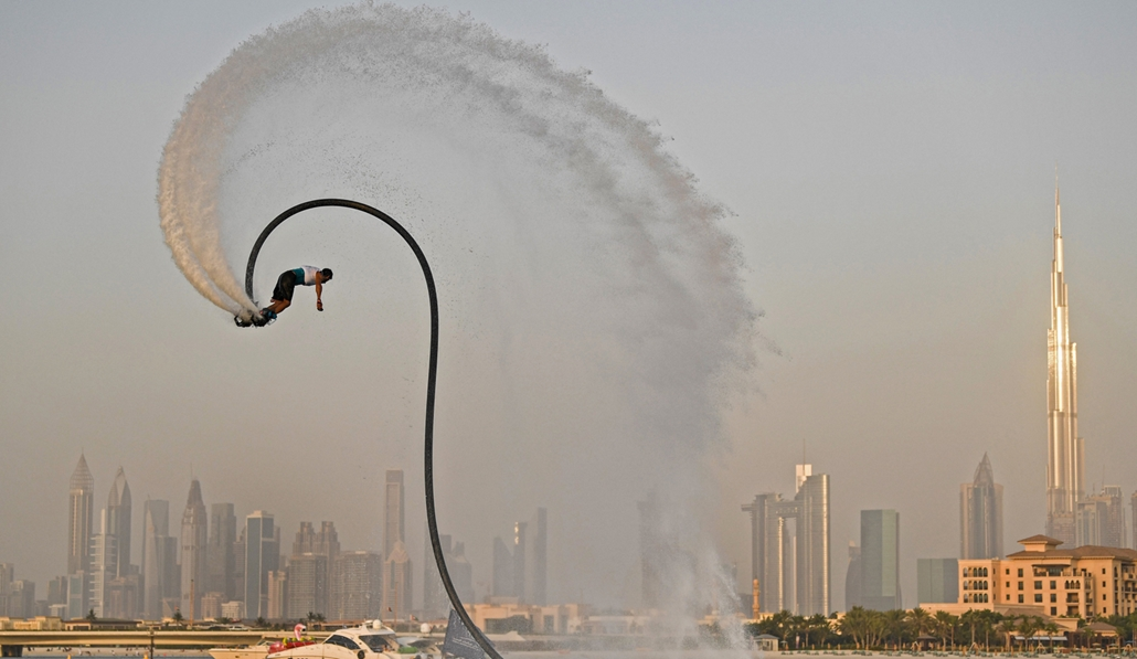 NAGYÍTÁS ÉV KÉPEI június An athlete performs stunts with a water jet pack on the first day of the Dubai watersport festival, organised by the Dubai International Marine Club (DIMC), near the Burj Khalifa skyscraper in the Gulf emirate on June 25, 2020.
