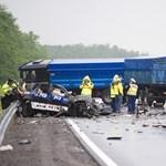 Belehalt sérüléseibe a porrá zúzott autó sofőrje – fotó