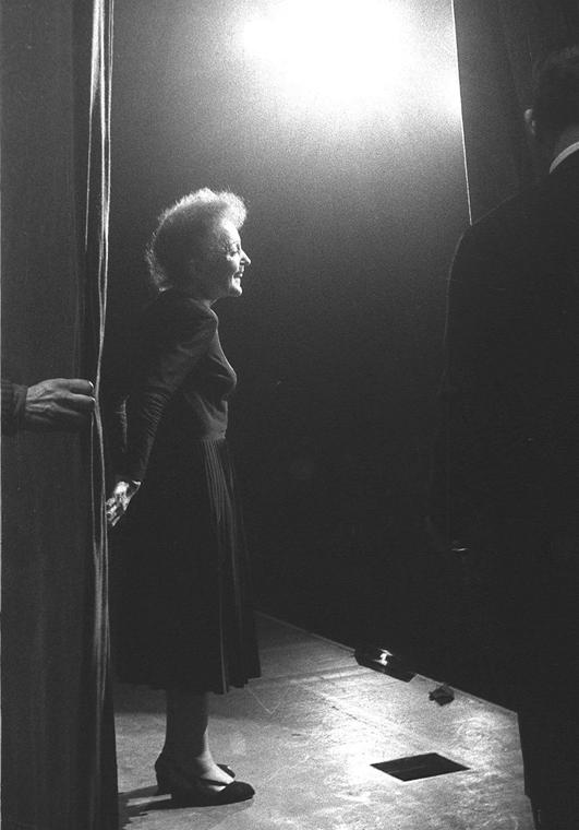 1960. december 30. - Edith Piaf az Olympia színpadán - fellépés előtt