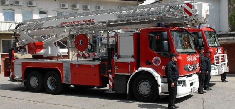Itthon is van dolga a tűzoltóknak