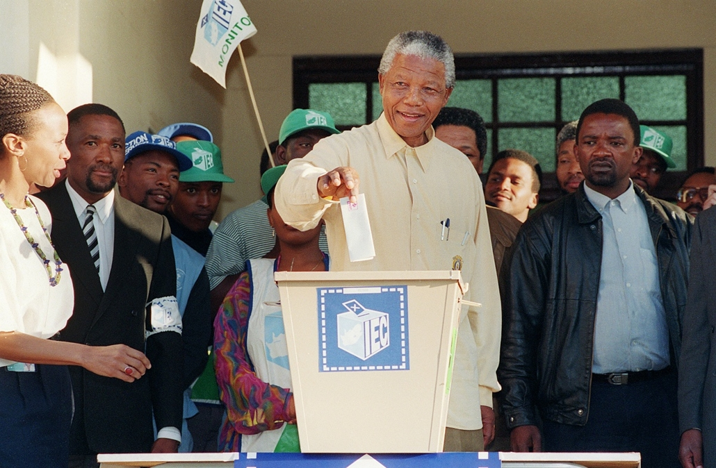 Nelson Mandela nagyítás - SOUTH AFRICA, OSHLANGE : African National Congress (ANC) President Nelson Mandela smiles broadly 27 April 1994 in Oshlange, black township near Durban, as he casts his historic vote during South Africa's first democratic and all-