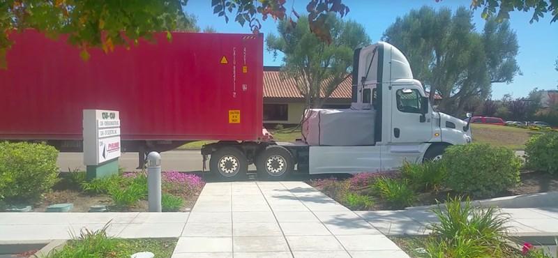Közúton videózták le a Tesla elektromos kamionját – így indul el a pótkocsival