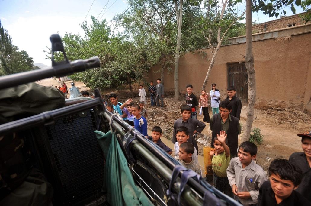 afganisztánban - 2009. május 24. Gyerekek integetnek a magyar katonai járőrnek Puli-Humriban.