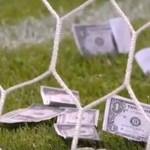 Játékpénzzel dobálták meg a focistát a dühös drukkerek
