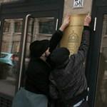 Fotók: átragasztotta a NAV tábláját a 4K!