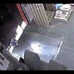 A raktárost majdnem elüti a kamion, videó