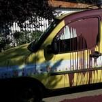 Mégis ki tesz ilyet? Festékkel öntötték le a gyermekeken segítő alapítvány ételszállító autóját