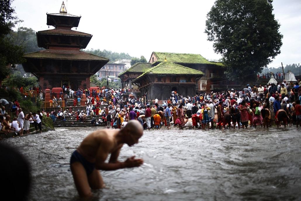 Katmandu, Nepál - Hindu férfi vesz szent fürdőt a Kuse Aunsi fesztiválon.  - a hét képei