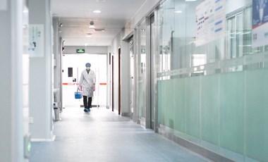 Koronavírus: a kínaiak statisztikai hibára hivatkozva csökkentették az áldozatok számát
