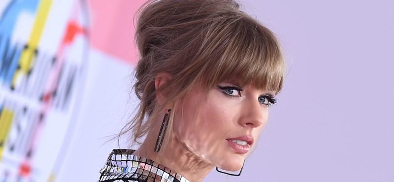 Taylor Swift nagyot terpeszkedik a metrón