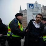 Fotók: LMP-s képviselők láncolták magukat a Parlament bejáratához