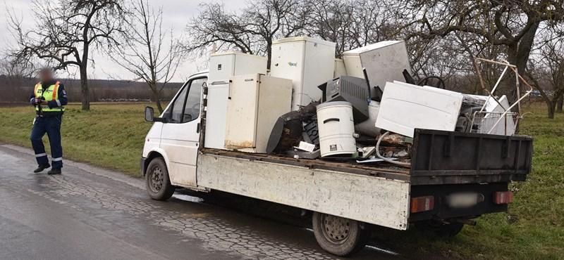 Egy kisteherautóról leszóródó lomok törtek össze egy autót