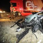 Alig maradt valami az autóból, amelyik kamionnak csapódott Gödnél – fotók