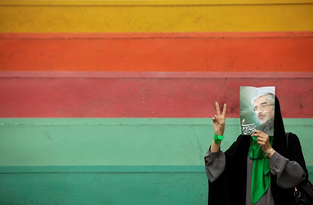 Mir Hosszein Muszavi egyik támogatója áll az ellenzéki elnökjelölt kampánygyűlésén Iránban.