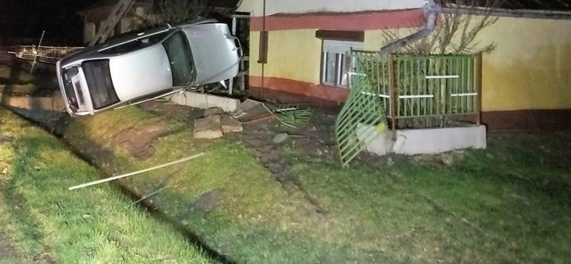 Részegen ült a volánhoz, a ház kerítésében állt meg a BMW