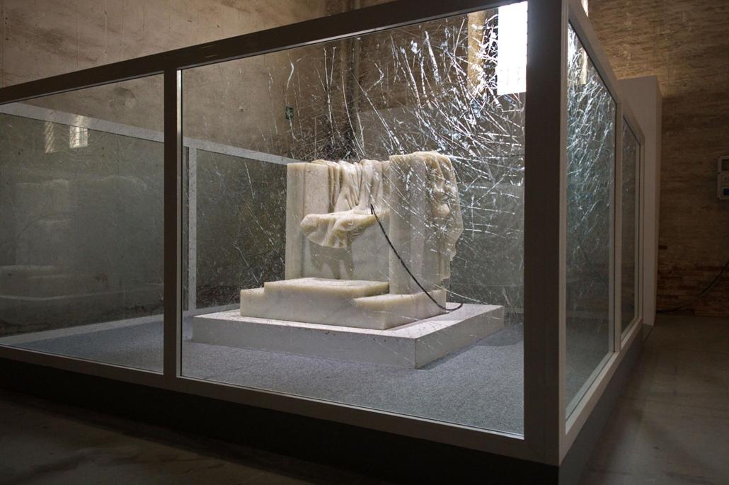 kka. Nagyítás 58. Velencei Biennálé Szun Juan és Peng Ju kinai művészek másik nagyszabású alkotását az Arsenaleban láthatjuk. Az üres márványtrónból kirobbanó fém korbács őrült erővel veri szét maga körül az üvegkalitkát