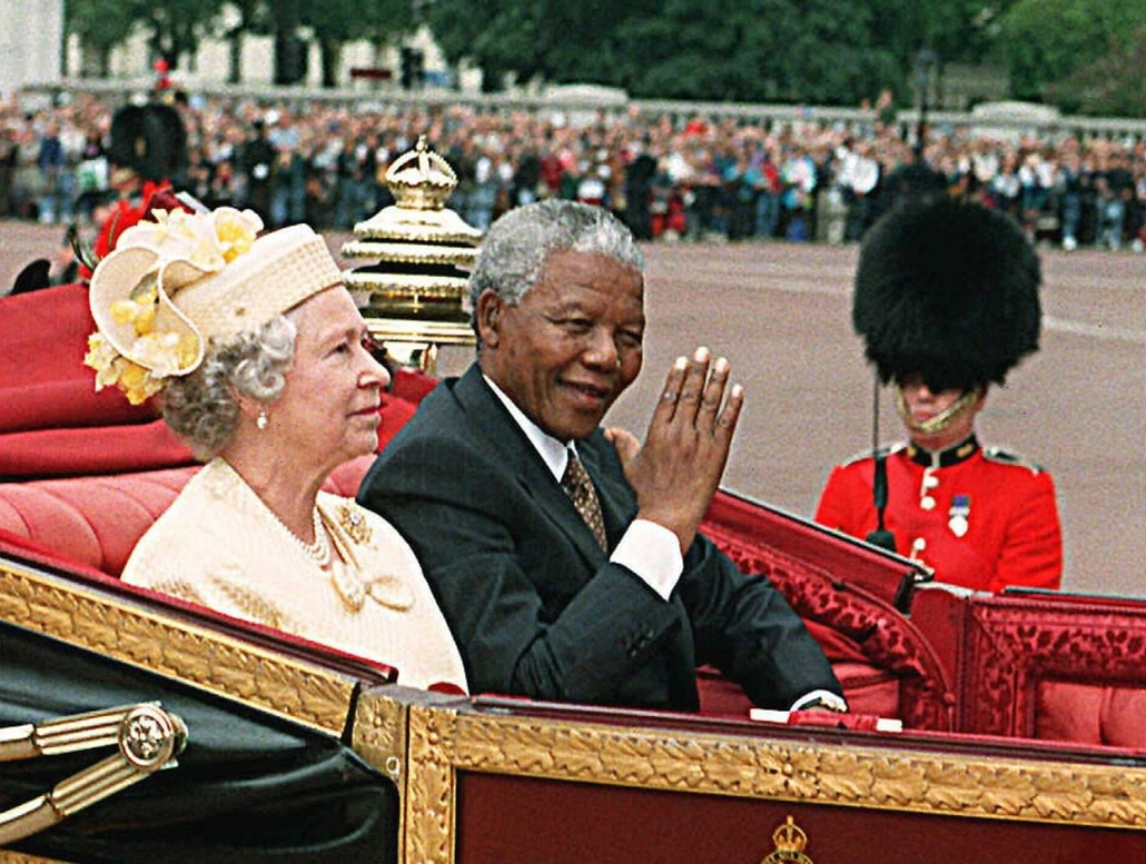 Nelson Mandela nagyítás - UNITED KINGDOM, London : South African President Nelson Mandela and British Queen Elizabeth II ride in a carriage along the Mall on the first full day of his state visit to Britain 09 July. Mandela will be in the United Kingdom u