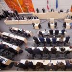 Pénzügyi trükközés az osztrák pártoknál: egyik sem jobb a deákné vásznánál