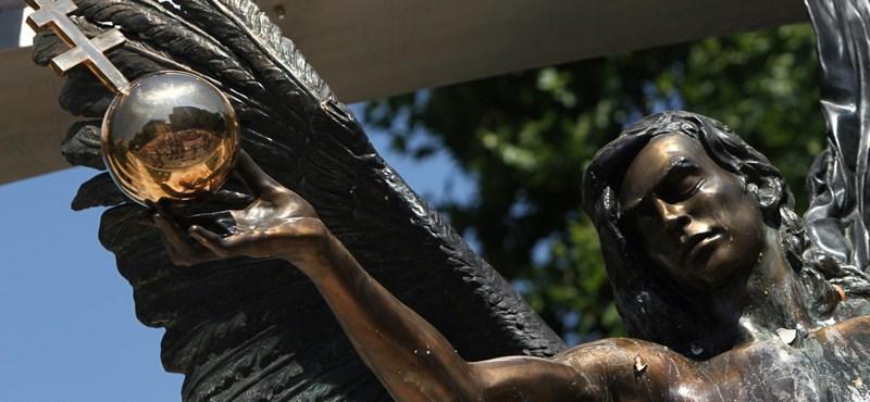 Tojással dobálták meg a megszállási emlékművet - fotók