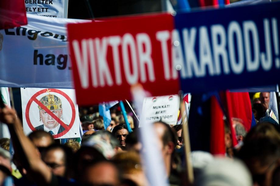 """Viktor, takarodj"": tüntetés a Kossuth téren – Nagyítás-fotógaléria"