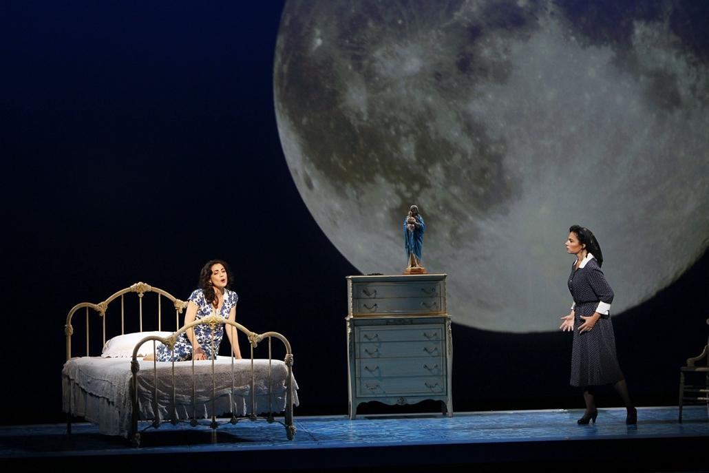 Amanda Squitieri és Patricia Fernandez színésznők a ''Il Postino'' előadásán Párizsban.