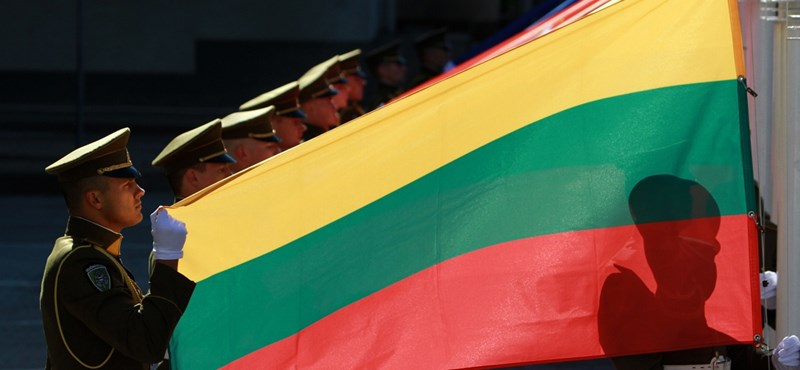 Ideiglenes visszaállítást emlegettek, mégis marad 2022-ig a litván sorkötelezettség