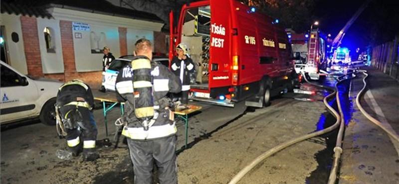 Kiégett egy belvárosi tetőtér Budapesten