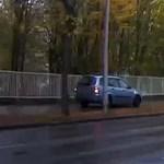 A nap videója: Győrben a járdára tévedt egy autós