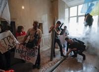 Porosenko tüntető hívei bejutottak az ukrán Állami Nyomozó Iroda épületébe