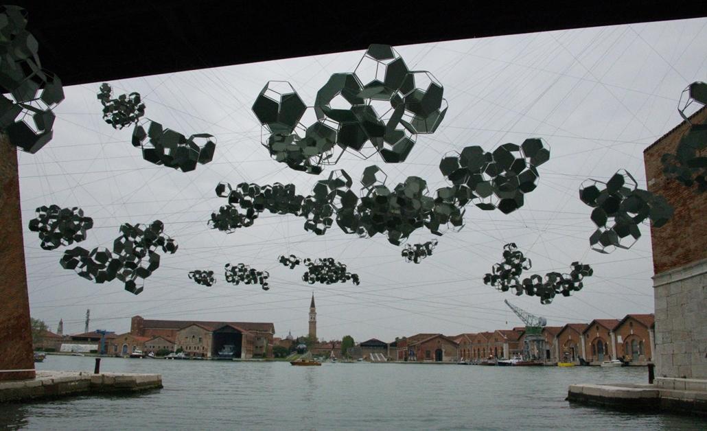 kka. Nagyítás 58. Velencei Biennálé Tomás Saraceno fémből alkotott felhői lebegnek az Arsenale hadihajógyár dokkjai felett