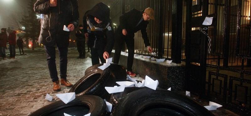 Orosz-ukrán konfliktus: Ukrajnában egy diplomata autót is felgyújtottak