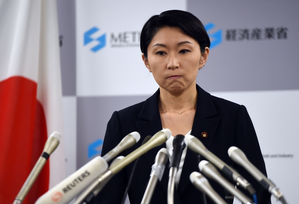 afp. hét képei - 2014.10.20. Tokió, Japán, Japanese Economy, Trade and Industry Minister Yuko Obuchi announces her resignation of her post at a press conference at her office in Tokyo on October 20, 2014. Obuchi resigned over claims she misused political