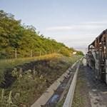 Fotók: Teljesen kiégett a gyerekeket szállító busz az M0-son
