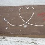 Street art percek: Hanksy válaszolt vetélytársa, Banksy szerelmi vallomására
