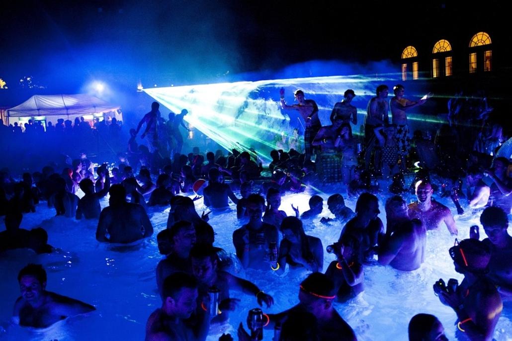 Fiatalok szórakoznak a Széchenyi gyógyfürdőben megrendezett Cinetrip rendezvényen 2012. augusztus 5-én.