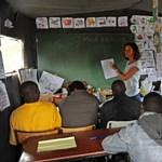 Könyvtárat nyitottak a calais-i menekülttáborban