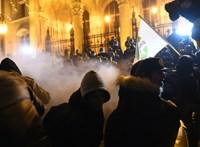 Videó: Arcon fújták a rendőrök a füstgránátos tüntetőket